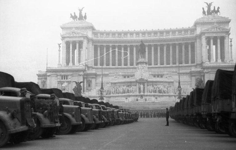 Немецкие грузовики в центре города. 1943 г.