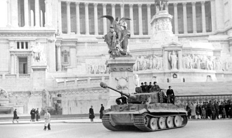 Немецкий танк на площади Пьяцца Венеция. 1944 г.