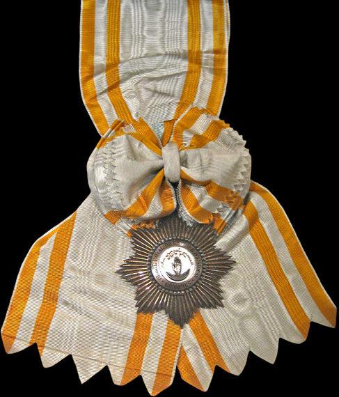 Знак Кавалера Большого креста ордена Звезды Анжуана на ленте-перевязи.