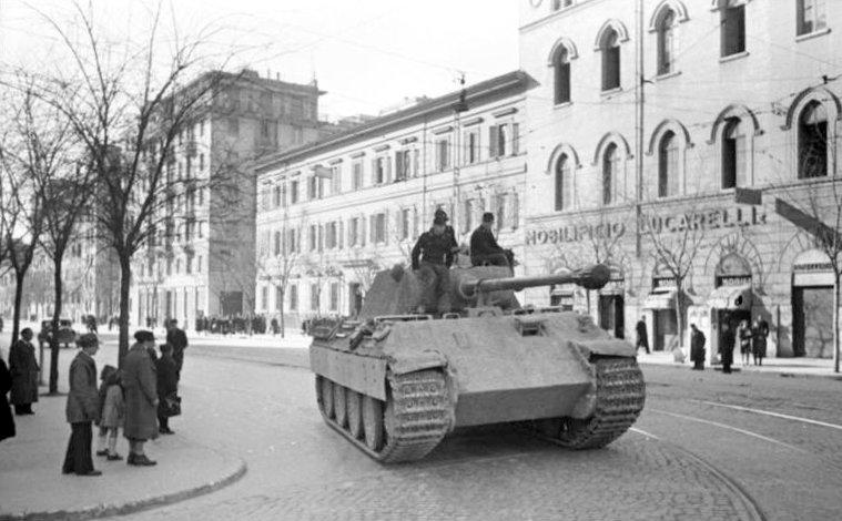 Немецкий танк «Пантера» на перекрестке улиц Алессандро Манцони и Эмануэле Филиберто. Февраль 1944 г.