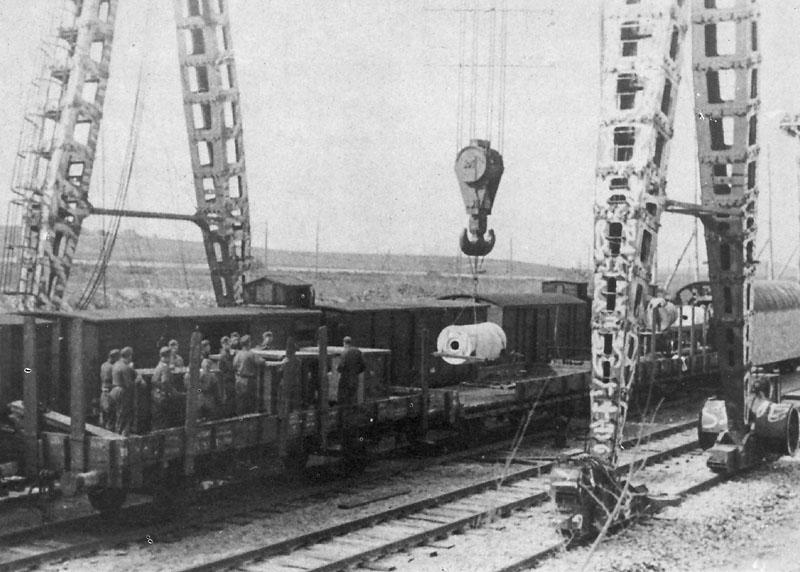 Заряжание «Доры» снарядом весом 7088 килограмм, и двумя пороховыми зарядами по 465 килограмм каждый и гильзы весом 920 килограмм. Февраль-март 1942 г.
