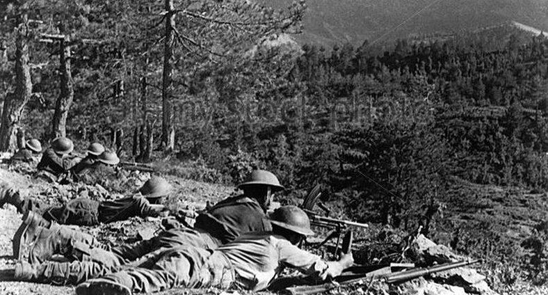 Солдаты правительственных войск в бою против партизан. 1947 г.