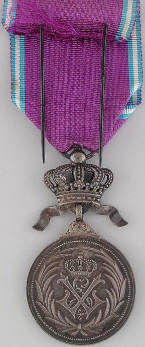 Аверс и реверс серебряной медали Королевского ордена Льва.