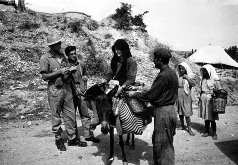 Досмотр местных жителей на блокпосте правительственной армии. 1947 г.