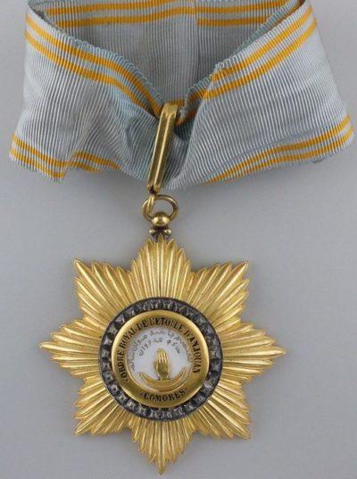 Знак Командора ордена Звезды Анжуана на шейной ленте.
