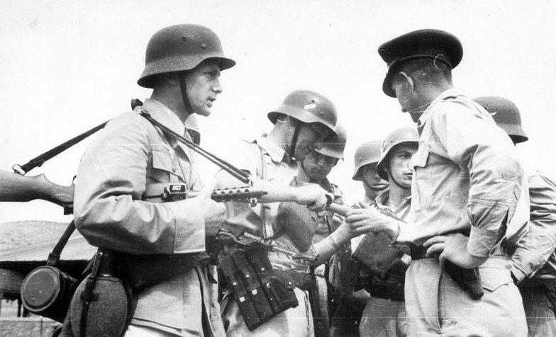 Английский офицер и немецкие солдаты на Крите во время войны с партизанами.