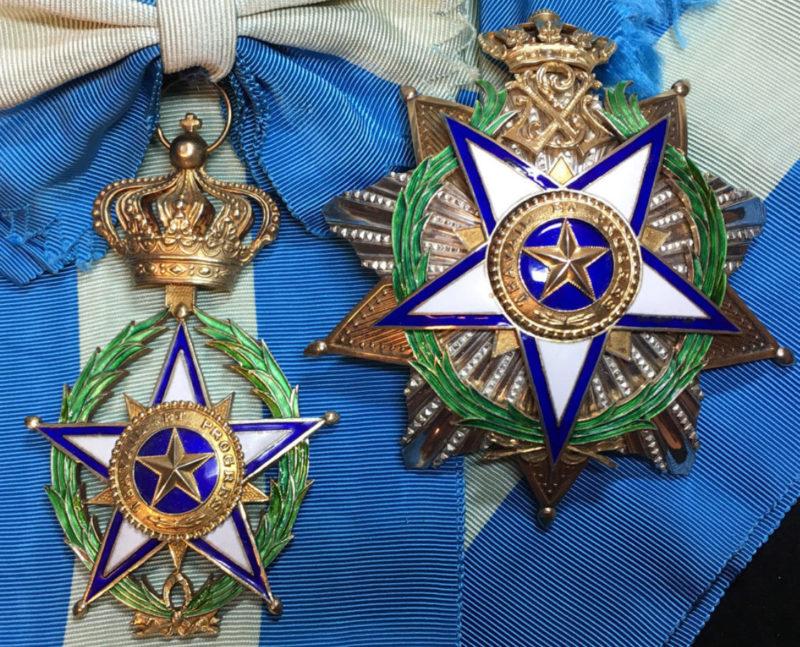 Знак Большого креста Ордена Африканской звезды на ленте-перевязи со звездой ордена.