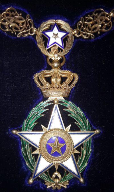 Вариант Большого креста Ордена Африканской звезды на золотой цепи короля Конго Бодуэне.