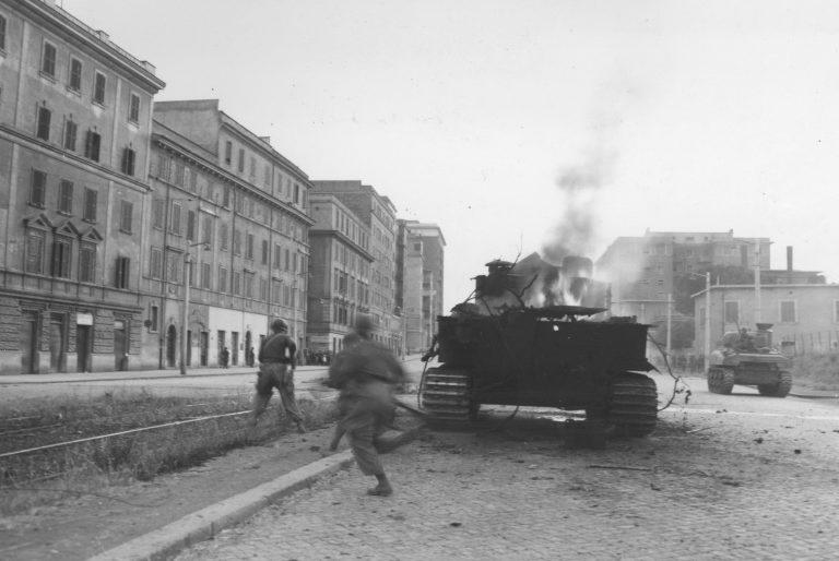Американские солдаты на улице Виа Пренестина. Июнь 1944 г.
