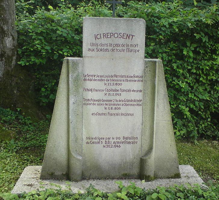 Мемориальный камень французским солдатам.