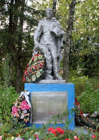 д. Свирь Тихвинского р-на. Памятник был установлен в 1959 году на братских могилах, в которых захоронено 70 советских воинов, в т.ч. 51 неизвестный.