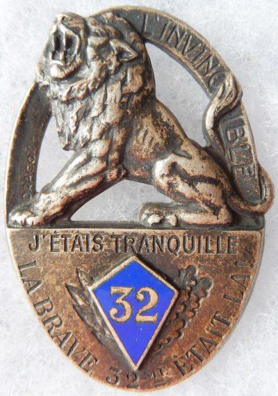 Аверс и реверс знака 32-го пехотного полка.