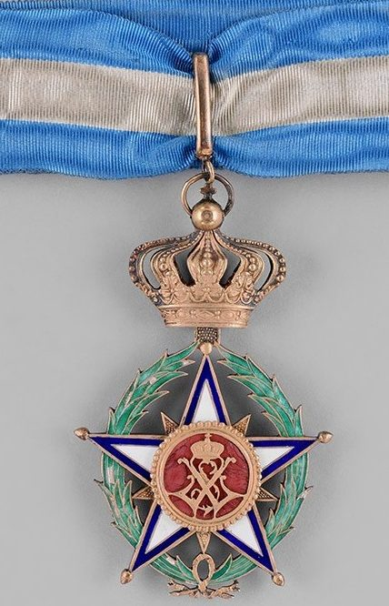 Аверс и реверс знака Великого офицера Африканской Звезды на шейной ленте.