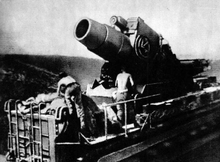 Немецкая 600-мм мортира «Карл» на огневой позиции под Севастополем. 1942 г.