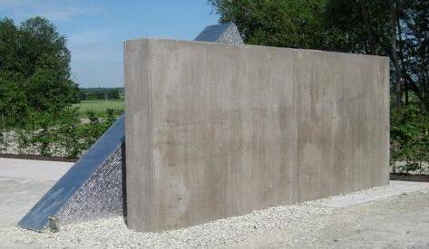 г. Роттенбург-ам-Неккар р-н Хайльфинген. Памятная стела на месте концлагеря в память о 601 погибшем невольнике.