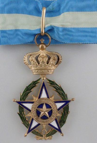 Знак Командора Африканской Звезды на шейной ленте.