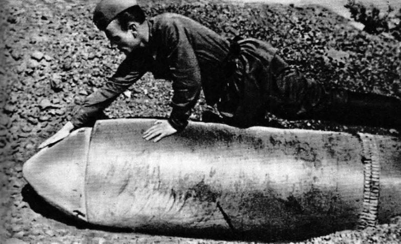 Неразорвавшийся 600 мм. снаряд, упавший на 30 батарею береговой обороны. 1942 г.