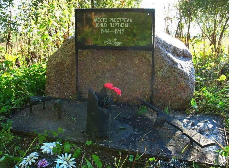 п. Скреблово Лужского р-на. Памятный знак вблизи места расстрела юных партизан.