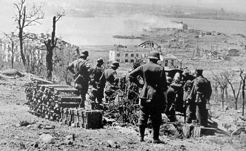 Немцы из 105-мм гаубицы обстреливают город. Июнь 1942 г.
