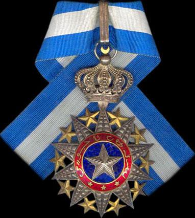 Знак Великого офицера ордена Нишан-эль-Ануара на шейной ленте.