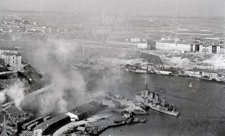 Боевые корабли устанавливают дымовую завесу по сигналу воздушной тревоги в Севастопольской бухте. Апрель 1942 г.