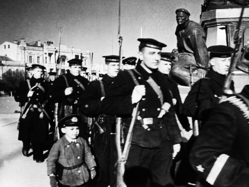 Отряд моряков на улице Севастополя. Краснофлотцы проходят у памятника В. И. Ленину на площади Нахимова. Апрель 1942 г.