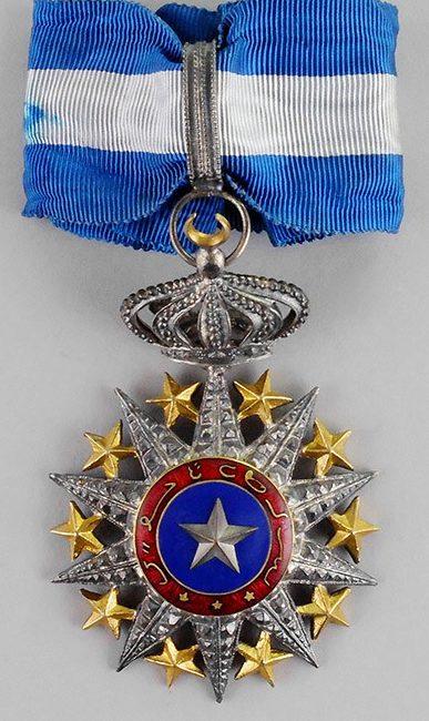 Знак Командора ордена Нишан-эль-Ануара на шейной ленте.