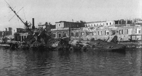Затонувший корабль в Севастопольской бухте. Лето 1942 г.