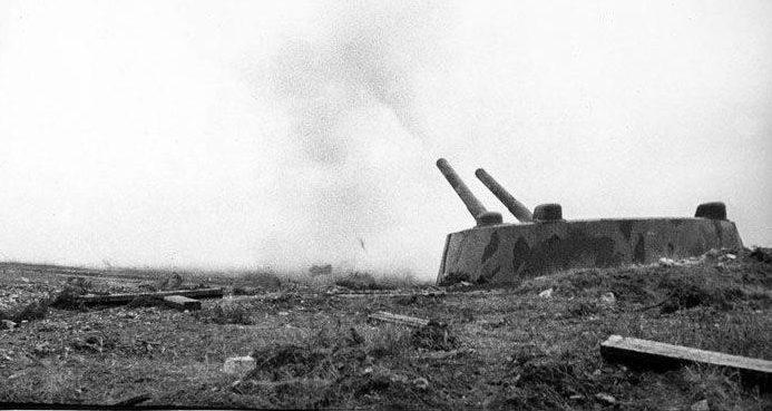 Орудия 30-й батареи ведут огонь. Лето 1942 г.