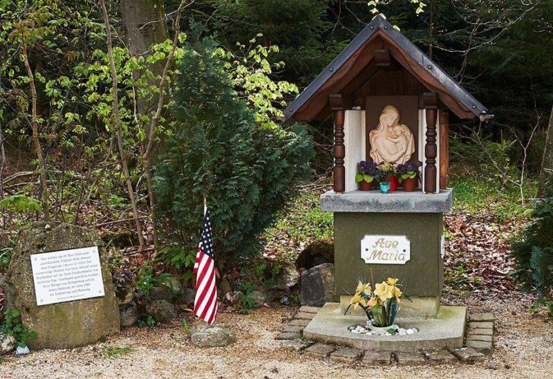 Коммуна Хайлигенберг. Памятник на могиле 6 погибших членов экипажа бомбардировщика B-24 Liberator 42-52305, который разбился здесь 18 марта 1944 года.