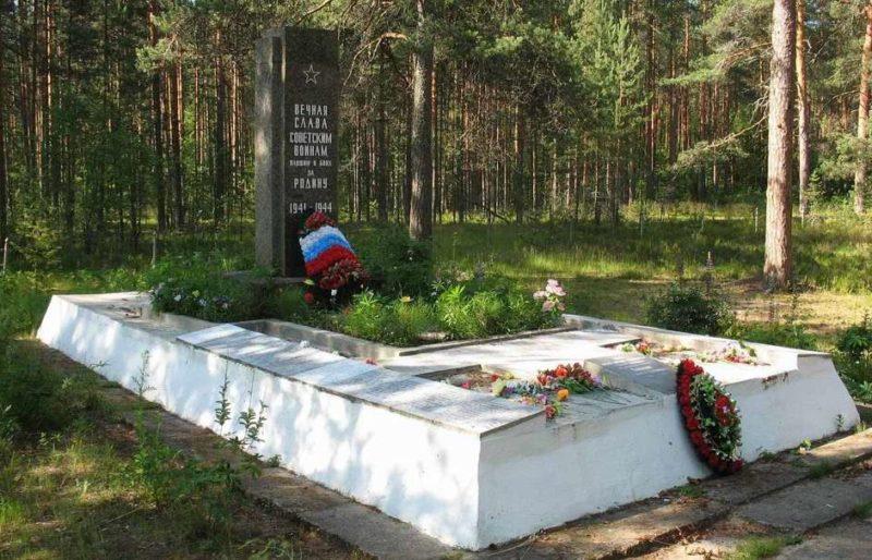 п. Толмачёво Лужского р-на. Памятник, установленный на братской могиле, в которой похоронено 288 советских воинов.