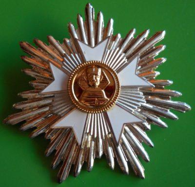 Аверс и реверс звезды ордена «За заслуги и честь».