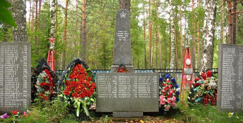 п. Толмачёво Лужского р-на. Памятники, установленные на братских могилах, в которых похоронено 363 советских воина, в т.ч. 95 неизвестных.