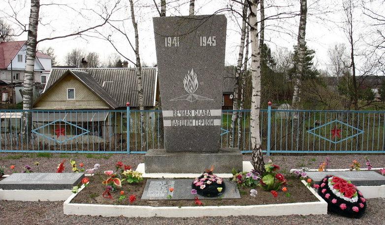 п. Толмачёво Лужского р-на. Памятник, установленный на братской могиле, в которой похоронено 103 советских воина, в т.ч. 62 неизвестных.