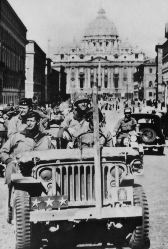 Командующий 5-й американской армией генерал-лейтенант Марк Кларк в освобожденном Риме. 5 июня 1944 г.