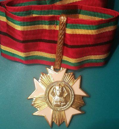 Аверс и реверс степени Командора Ордена заслуг.