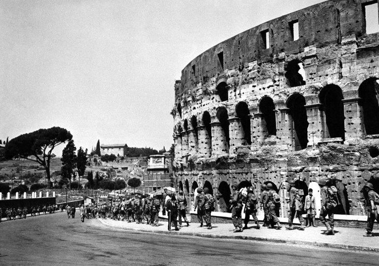 Американские солдаты у Колизея. 5 июня 1944 г.