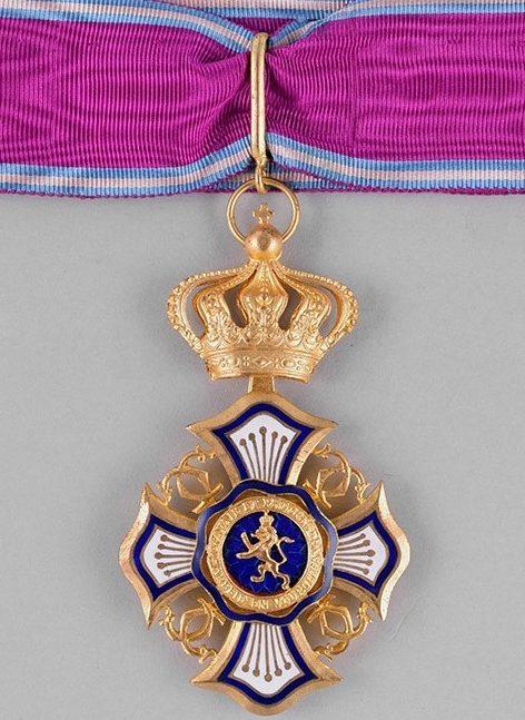Знак Великого офицера Королевского ордена Льва на шейной ленте.