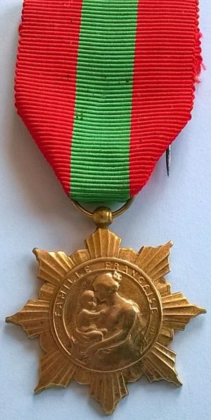 Аверс и реверс бронзовой медали французской семьи.