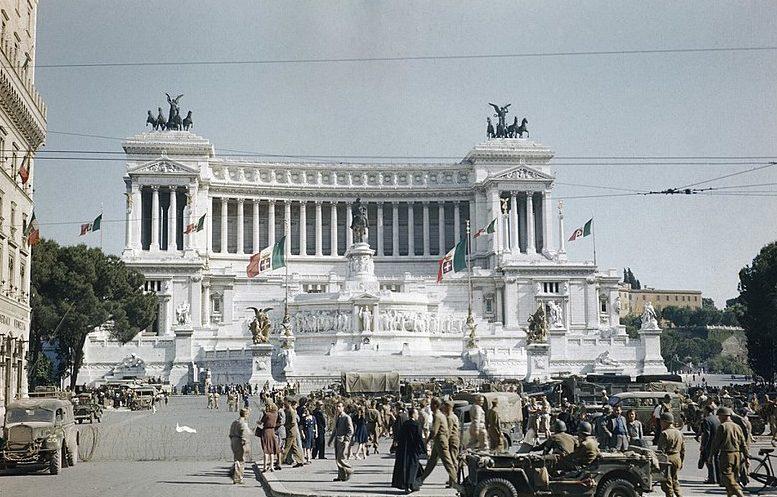 Американские солдаты площади Пьяцца Венеция в Риме. 1944 г.