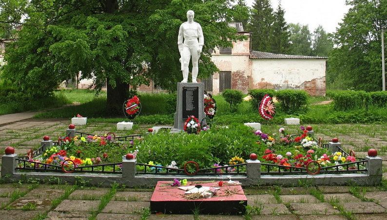 п. Торковичи Лужского р-на. Памятник, установленный на братской могиле, в которой похоронено 12 советских воинов, в т.ч. 1 неизвестный.