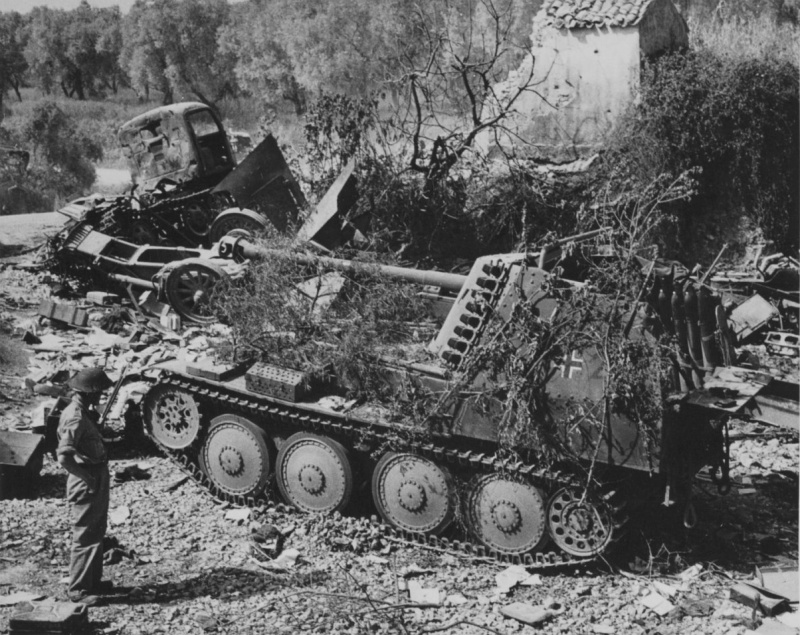 Солдат союзников осматривает немецкую САУ «Мардер III» в окрестностях Рима. 1944 г.