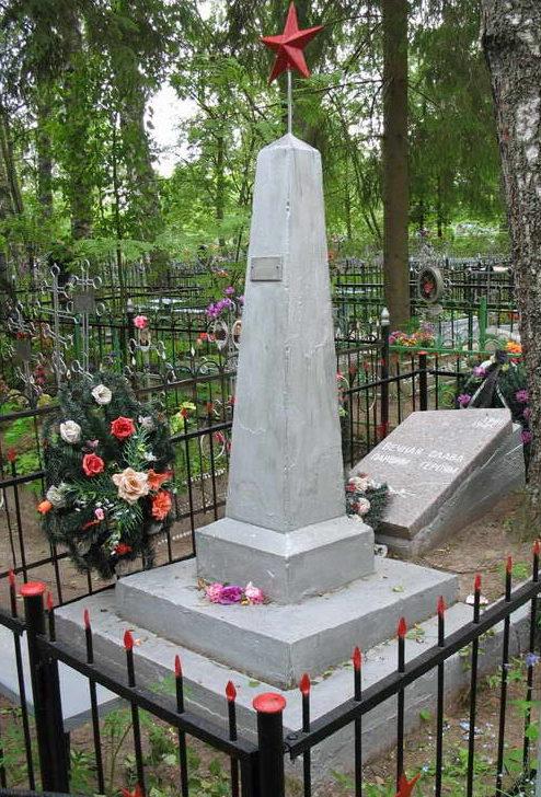 п. Торковичи Лужского р-на. Братская могила советских воинов на поселковом кладбище.