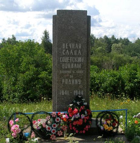 д. Торошковичи Лужского р-на. Памятник, установленный на братской могиле, в которой похоронено 173 советских воина, в т.ч. 165 неизвестных.