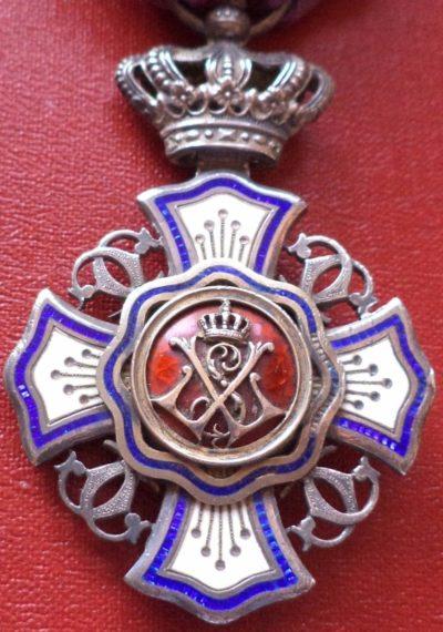 Аверс и реверс знака Кавалера Королевского ордена Льва.