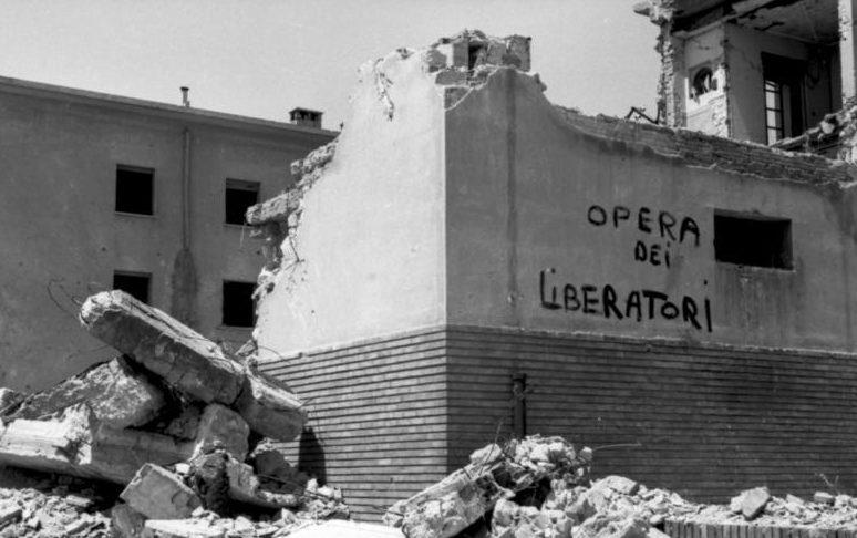 Развалины дома с надписью «Работа освободителей». 1944 г.