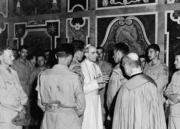 Канадские военнослужащие на встрече с Папой Римским. 1944 г.