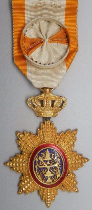 Аверс и реверс знака Офицера ордена Камбоджи на орденской ленте с розеткой.