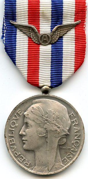 Аверс и реверс серебряной медали авиации.