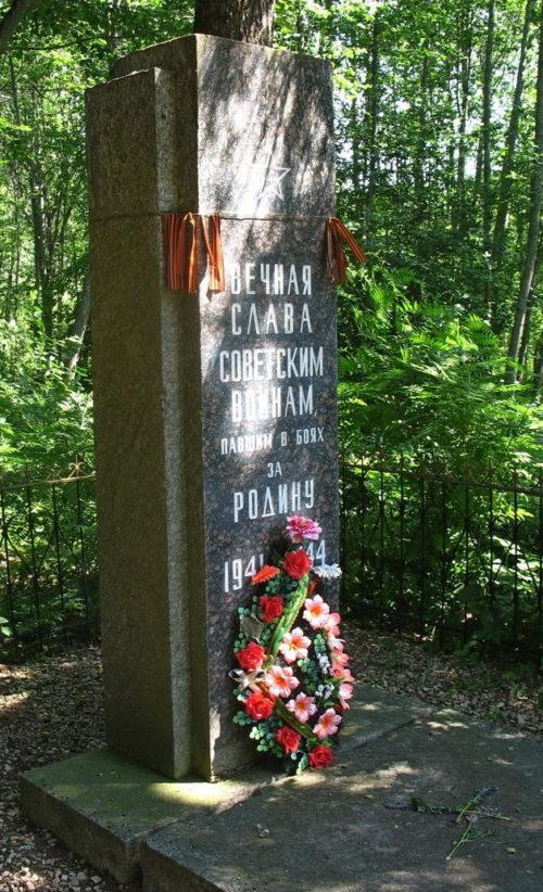 д. Чолово Лужского р-на. Памятник на кладбище, установленный на братской могиле советских воинов.